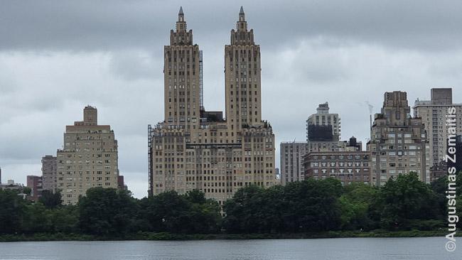 Senieji Niujorko dangoraižiai į viršų siaurėja, nes toks buvo reikalavimas, kad mestų mažesnį šėšėlį į gatvę. Vaizdas iš Centrinio parko.