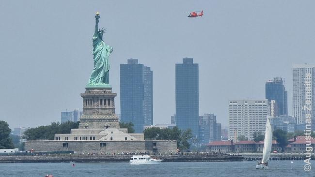 Sraigtasparnis virš Laisvės statulos. Gal milijonieriai skrenda į namus kur Hamptonuose, Long Ailando gale, o gal turistai dairosi į dangoraižius iš viršaus