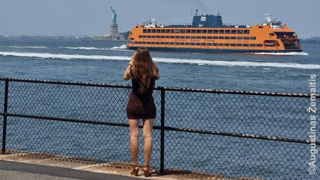 Staten Island Ferry plaukia pro Laisvės statulą