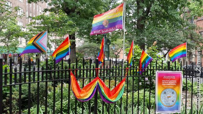 Stonewall memorialo fragmentas. Kairė vėliava - ta, naujoji, su trikampiu atspindėti 'mažumoms mažumoje'