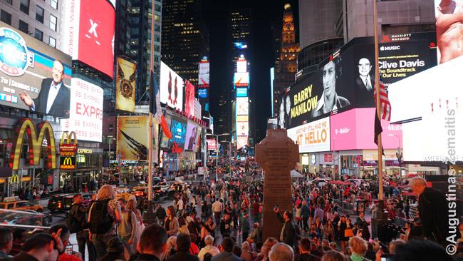 Times Square, kur žmonės savo noru sėda pažiūrėti reklamų