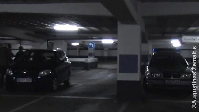 Mūsų automobilis išdaužtu langu (kairėje) ir atvykęs policijos automobilis Brėmene