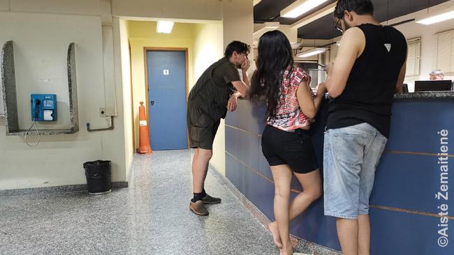 Rašau pareiškimą turistų policijos nuovadoje Rio de Žaneire. Turistų policija yra susijusi su įprasta policija, tačiau tenykščiai policininkai paprastai moka apsieiti su turistais, kalba angliškai - todėl, jei tokia yra, verta kreiptis ten