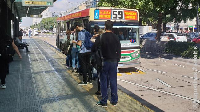 Tai ne ta stotelė, bet Manause mane apvogė panašioje, kur stoja daug maršrutų ir prie autobusų rikuojasi eilės