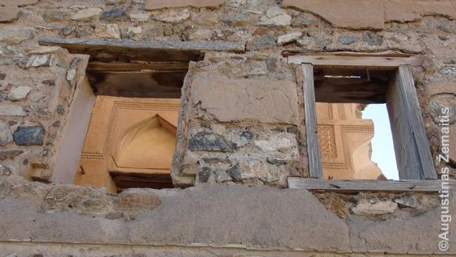 Didybė už apleistų namo Ibroje sienų