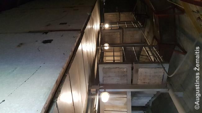 TV bokšto laibame kamiene. Kairėje - liftų šachtos, dešinėje - laiptai (ir tai, ir tai per visą aukštį)