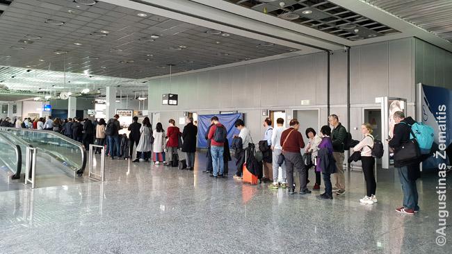 Daug keleivių išsirikuoja į eilę vos atsidaro laipinimo vartai i(ar net anksčiau). Nebūtina - galite įsijungti į eilę ir laipinimo pabaigoje.