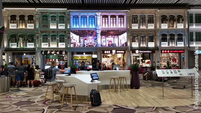 'Senamiesčio' erdvė Singapūro oro uosto 4 terminale. Vidurinių namų fasadai iš tikro yra ekranas - sienos kartais išnyksta ir parodomas meilės istorijos filmukas su gražia muzika