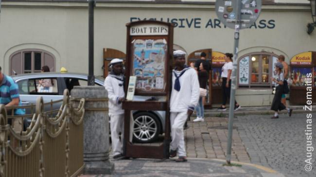 'Egzotiški' juodaodžiai samdyti reklamuoti ekskursijas Prahoje. Konkurentai daro tą patį