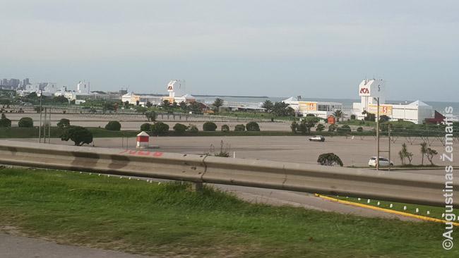 Pats didžiausias poilsio fabrikas - pietinis Mar Del Platos paplūdimys. Paplūdimio nė nesimato - jį užstoja balti aukšti pastatai, kur ir gelbėtojai, ir paslaugos/prekyba. Pirmame aukšte - milžiniškos tuščios automobilių aikštelės