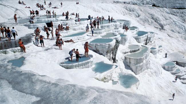 Pamukalės nuotrauka, daryta apie 1970 m. Panašių maudynių šiandien ten nei pamatysi, nei išmėginsi