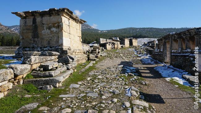 Kelias per Hierapolio nekropolį