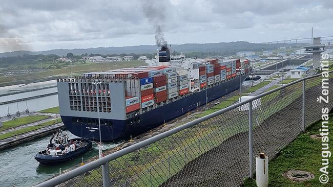 Jo didenybė Panamos kanalas. Laivas kerta Agua Clara šliuzus. Nuotrauka neperteikia visų pastatų mastelių