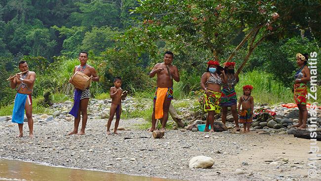 Indėnai pasitinka mūsų luotą. Iki čia kaukės (beveik) neatėjo.