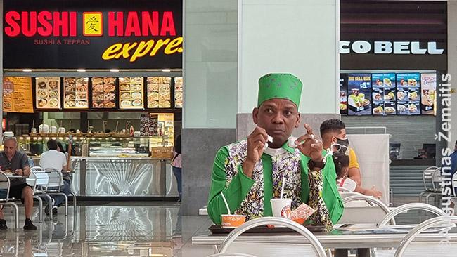 Žmogus tautiniais drabužiais Albrook Mall