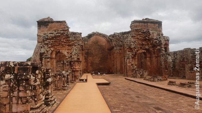 Apleistos Paragvajaus Jėzuitų redukcijos - unikalios indėnų ir Europos vienuolių bendrai valdytos valstybėlės - pagrindinė Paragvajaus kultūrinė įdomybė