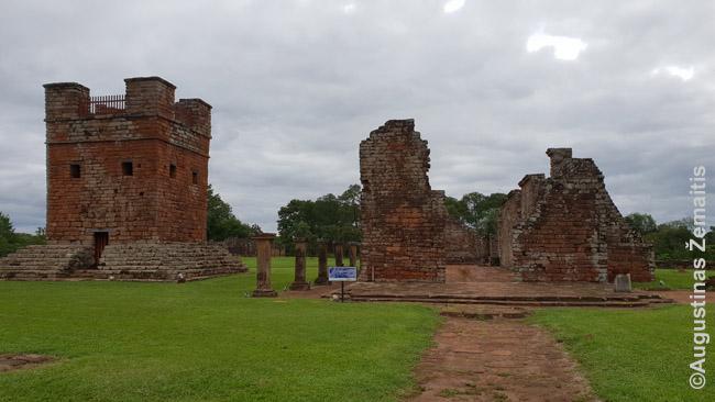 Jėzuitų misijoje - ne tik bažnytėlė (dešinėje), bet ir apsaugos bokštas