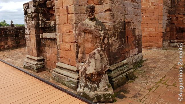 Apleista statula Jėzuitų bažnyčioje. Išlikusiose bažnyčiose, gal, rasi įspūdingesnių (nebūtinai Paragvajuje), bet griuvėsiuose atmosfera kažkokia kitokia. Ir matyti antkapinę plokštę su išlikusiu vardu bestogėje niekieno bažnyčioje kažkaip niūriau, nei gerai prižiūrėtoje
