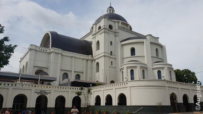 Kaakupės bažnyčia, traukianti tūkstančius piligrimų, kartu su šventu miesto šaltiniu