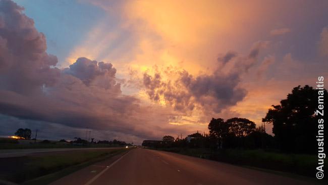 Kelias į Vakarus, į visuomet ryškų Paragvajaus saulėlydį