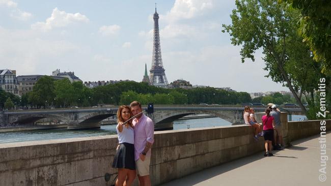 Eifelio bokštas. Smulkioji prekyba turistams po juo - iš esmės vien iš buvusių kolonijų kilusių žmonių užsiėmimas