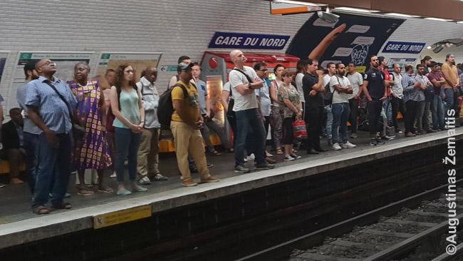 Paryžiečiai Gare Du Nord stotyje. Metro ir RER traukiniai - pagrindiniai būdai keliauti po Paryžių. Metro stoja dažniau, taigi, kelionė juo - kiek lėtesnė. Visi važiavimai Paryžiaus centre kainuoja vienodai, o į priemiesčius - priklausomai nuo zonos