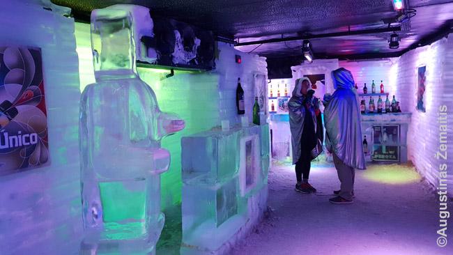 Ledo baras Glaciariumo ledynų muziejuje. Nusiperki atskirą bilietą, gauni teisę būti 25 minutes ir šiltą aprangą - bet tik viršui, ne kojoms. Per tą laiką gali gerti kiek nori - ir alkoholio