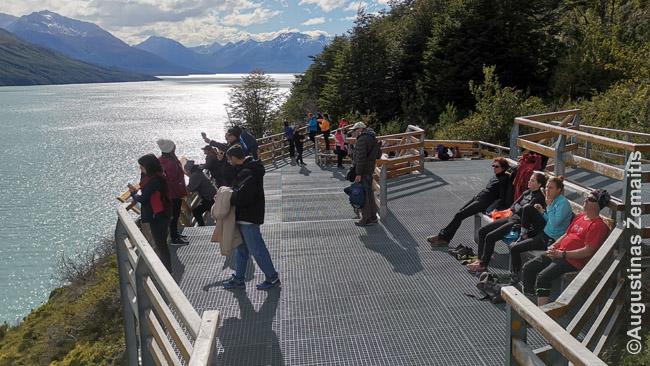 Žiūrovai viename Ledynų nacionalinio parko balkonų laukia kol kris dar viena ledyno atplaiša