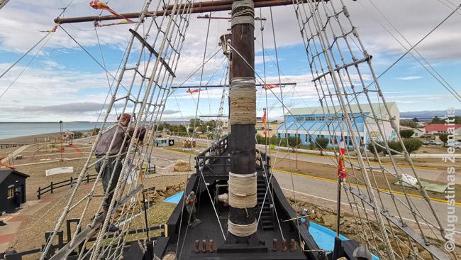Magelano laivo kopijoje. Privalomas gidas papasakoja įdomių sitorijų - štai priekyje stovėdavo didelė uždengiama žvakė, kurią atidengdavo, kad parodyti pavojų kitiems laivams (kol tų dar buvo), štai į nelaisvę paimti indėnai, kurių tik vienas pasiekė Ispaniją (ir ten jį nužudė ispanai), štai Ispanijos karaliui vežtas gvanakas ir karvė, laikyta dėl pieno kol nugaišo. Ko tik netilpo į tą mažą laivą.