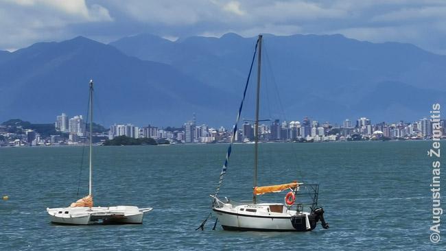 Daugelis Brazilijos didmiesčių gražesni į juos žiūrint iš aukštai arba iš toli. Florianopolis iš San Antonio de Lisboa žvejų kaimo Santa Katarinos slaoje