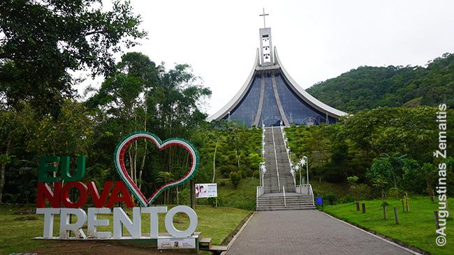 Nova Trento italų miestelio širdis - čia gyvenusiai imigrantei iš Austrijos šventajai Paulinai dedikuota bažnyčia
