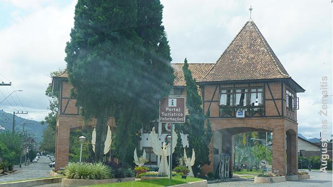 Simboliniai Pomerodės vokiečių miesto vartai (vartai - dažnas miesto simbolis pietinėje Brazilijoje, nors miestai niekada ir nebūdavo aptverti)