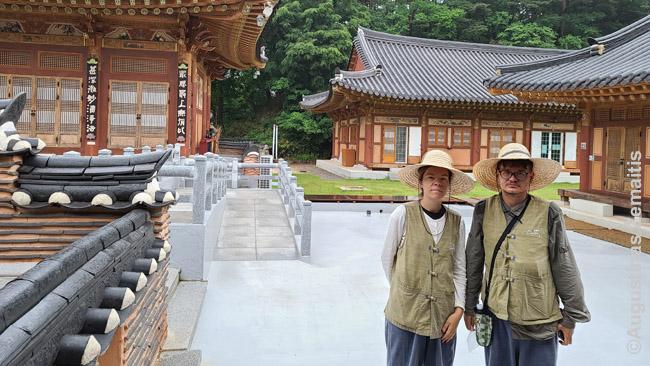 Su tradiciniais rūbais budistų budistų šventykloje Templestay metu
