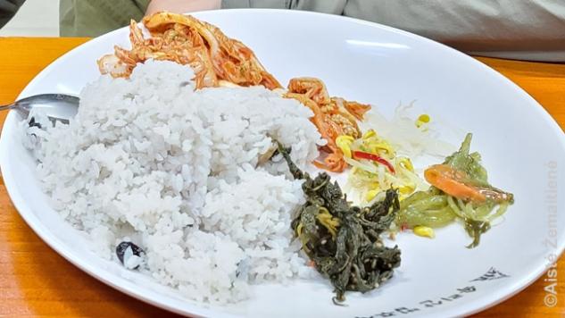 Šventyklos maistas. Mūsų šventykloje jį buvo galima įsidėti tarsi iš bufeto ir gali valgyti kiek nori – bet labai svarbu neprisidėti per daug, kad niekas nebūtų išmesta
