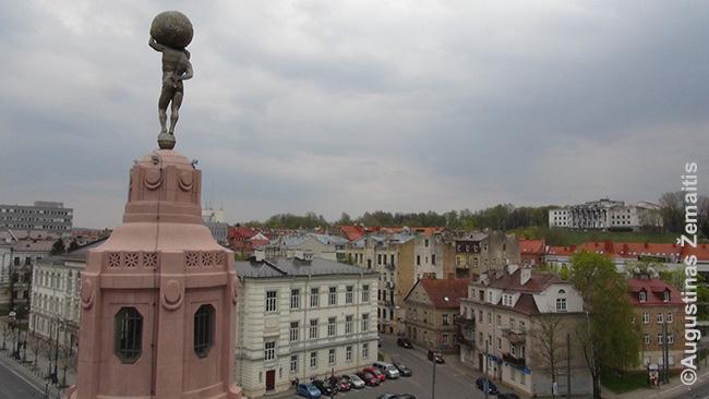 Pirklių klubo vaizdas nuo stogo pro atstatytą rekonstrukcijos metu (anksčiau Sovietų nugriautą) skulptūrą