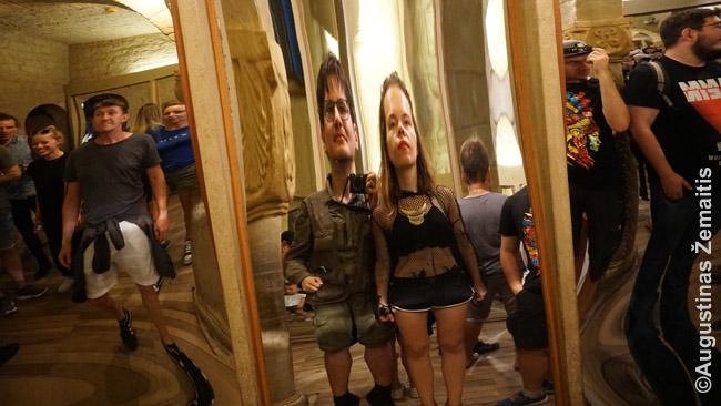 Aš su žmona originaliuose XIX a. kreivuose veidrodžiuose