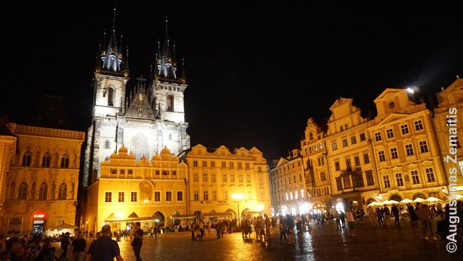 Nakčiai apšviesti Tyno Marijos bažnyčios bokštai žvelgiant iš Prahos Senamiesčio aikštės