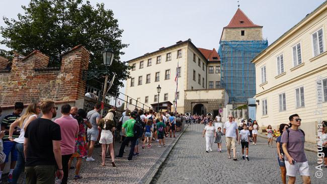 Eilė prie Prahos pilies. Norint patekti į šį miesto rajoną reikia prieiti metalo detektorių - tikrą butelio kakliuką