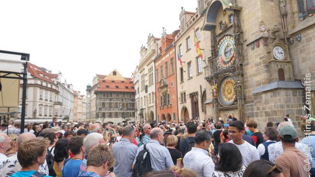Minios turistų spiečiasi prie garsiojo Astronominio laikrodžio