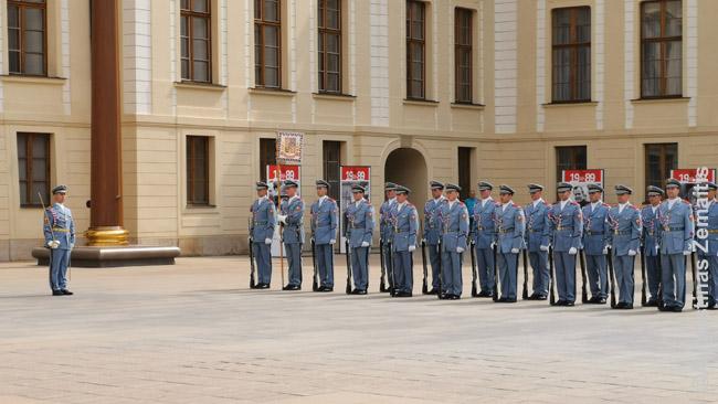 Pagrindinis sargybos pasikeitimas (vidurdienį) prie Prahos rūmų