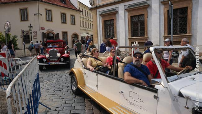 'Antikvariniai' Prahos automobiliai, iš tikrųjų specialiai gaminami šiai pramogai (tai akivaizdu net ir nenusimanančiam automobiliuose)
