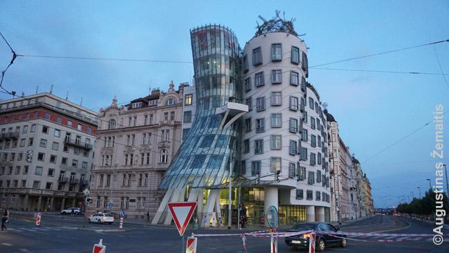 Šokantis pastatas Prahoje. Ant jo stogo yra baras-apžvalgos aikštelė. Apsimoka pirkti pigiausią gėrimą: brangu, bet vien bilietas į aikštelę dar brangiau