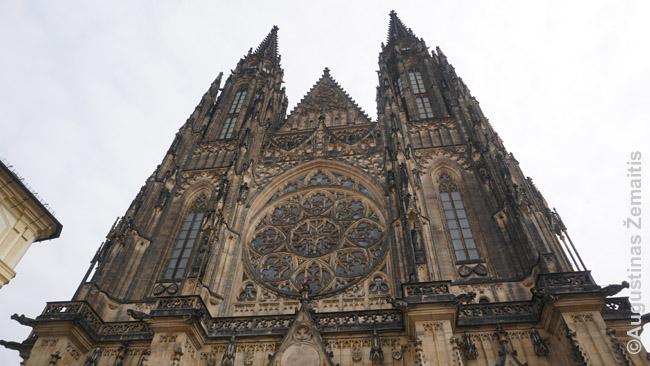 Šv. Vito katedros fasadas. Prahos pilyje ankšta, tad sunku pamatyti jį visą