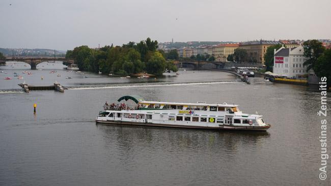 Vienas gausybės pramoginių laivų Vltavoje. Galimi kruizai su vakariene, plaukimai vandens dviračiais ir t.t.