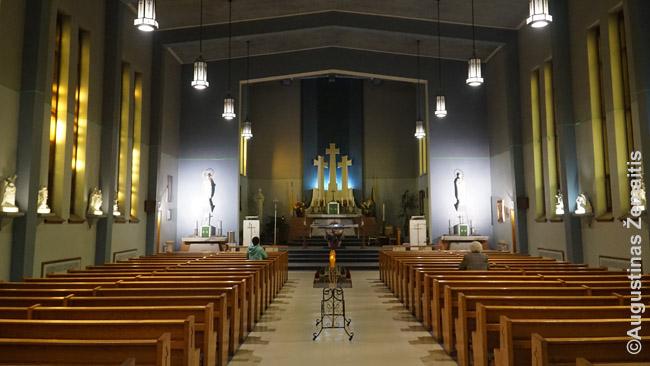 Monrealio Aušros Vartų bažnyčios vidus - simbolinis Vilnius su Trimis kryžiais gale