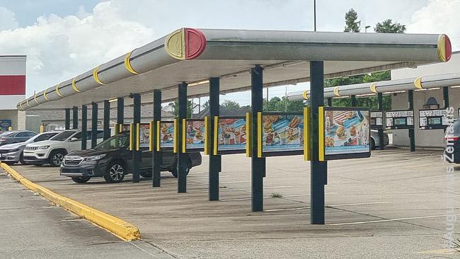 Sonic Drive In restoranų tinklas tiesiog buvo idealus pandemijai - čia vietoje staliukų visuomet valgai savo automobilyje prie individualių užsakymo punktų