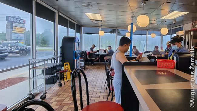 Waffle House - klasikinis JAV pietų greito maisto tinklas. Šiandien neįsivaizduotum, kad į dalį tokių užkandinių galėtum būti neįleistas, nes jos skirtos kitai rasei - ir kad yra ne taip ir mažai gyvų žmonių, kurie tai prisimena