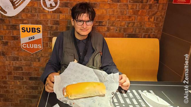 Štai tokio dydžio yra mažas Jimmy John's sumuštinis
