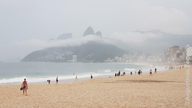 Rio de Žaneire, Brazilijos pietuose, lietuviui oro ir vandens temperatūra tinkama maudytis kiaurus metus (vanduo virš +20), bet vietiniams žiemą jau šaltoka.