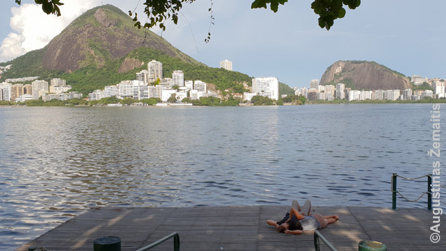 Poreilė glamonėjasi ant liepto prie Rodrigo de Freiteso lagūnos. Visame Rio de Žaneire įprasta demonstruoti meilę atvirai